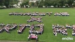 Padres crean un mensaje para Puerto Rico sobre la grama de un colegio