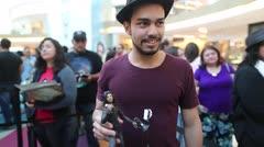 Draco pasa tiempo con sus fanáticos en el Mall of San Juan