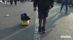 En la crudeza del éxodo, los juguetes llevan a otro mundo a los niños en la caravana migrante