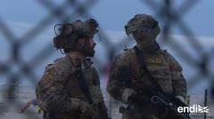 Frontera reforzada: soldados estadounidenses resguardaban la reja metálica para no permitir el paso de los migrantes