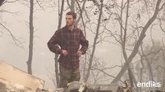Este joven busca a su familia entre las cenizas de su casa quemada