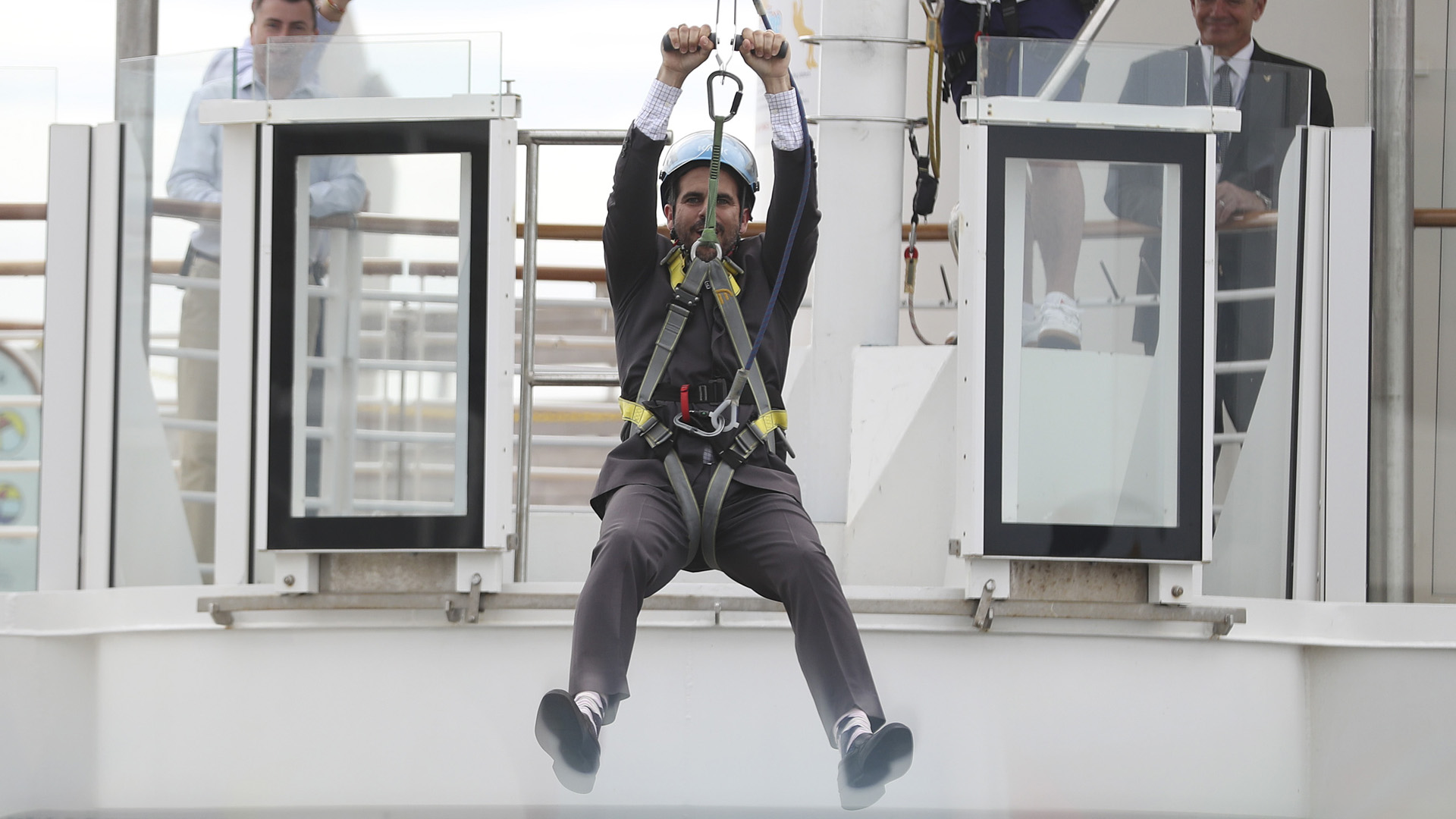 Ricardo Rosselló se tira por la chorrera del crucero más grande del mundo