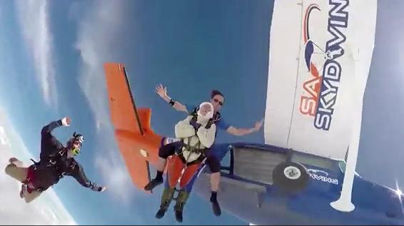 Una abuela de 102 años salta en paracaídas