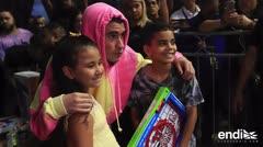 Bad Bunny reparte regalos en el Coliseo Roberto Clemente