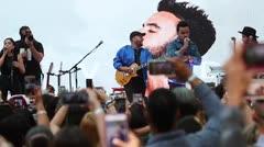 Luis Fonsi comparte con su fanaticada en The Mall of San Juan