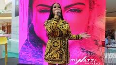 """Natti Natasha llega con su álbum """"Iluminatti"""" a Puerto Rico"""