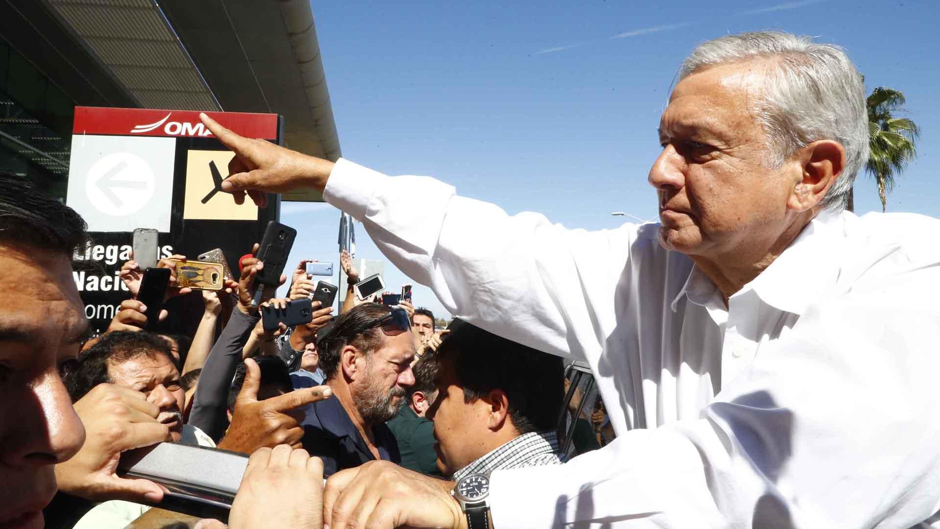 """""""Protegido"""" por cuatro amuletos, el presidente de México pisa la tierra de El Chapo"""