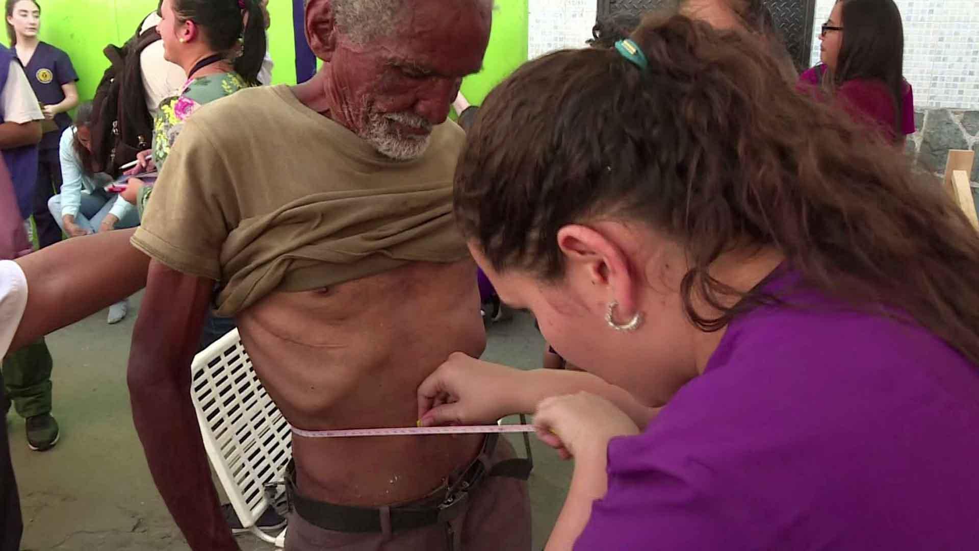 Miden a los venezolanos hambrientos mientras esperan ayuda humanitaria