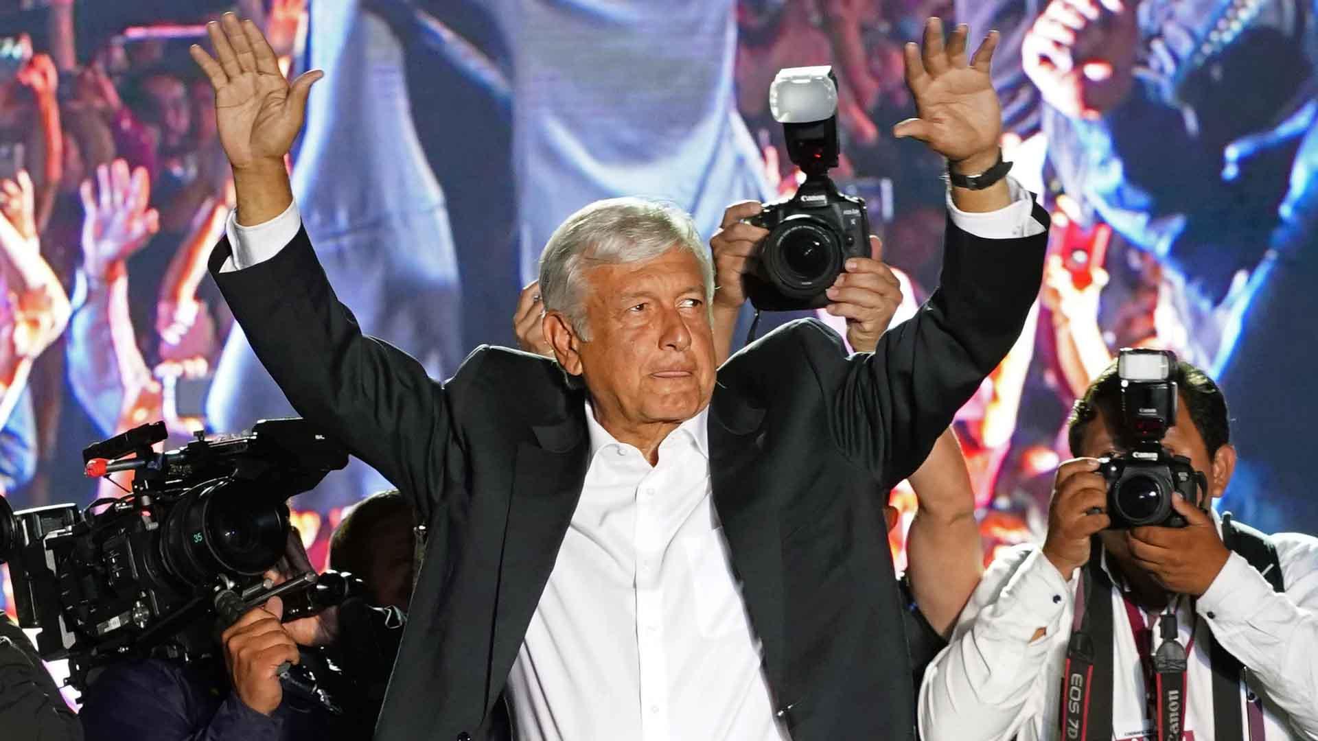"""Conoce al presidente AMLO, el jefe de México que rompe protocolo y se toma """"selfies"""""""