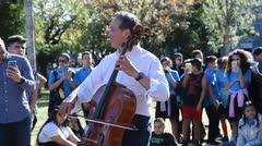El emotivo momento en que Yo-Yo Ma le regala una taquilla para su concierto a una estudiante