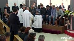 El papa Francisco lava los pies de doce presos