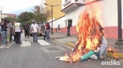 Guaidó, Maduro y el apagón arden en la tradicional quema de Judas en Venezuela