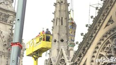 """Cubren a Notre Dame con un gran """"paraguas"""" por las lluvias"""