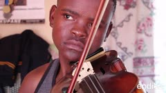 Este joven desafía el racismo y persigue su sueño al tocar el violín