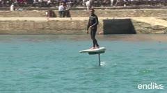 Impresionante tabla de surf corre sin tocar el agua