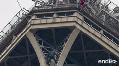 Arrestado el escalador que trepó a la cumbre de la Torre Eiffel y logró su cierre
