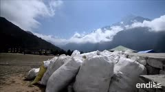 Recuperan cuatro cuerpos y diez toneladas de basura del Everest