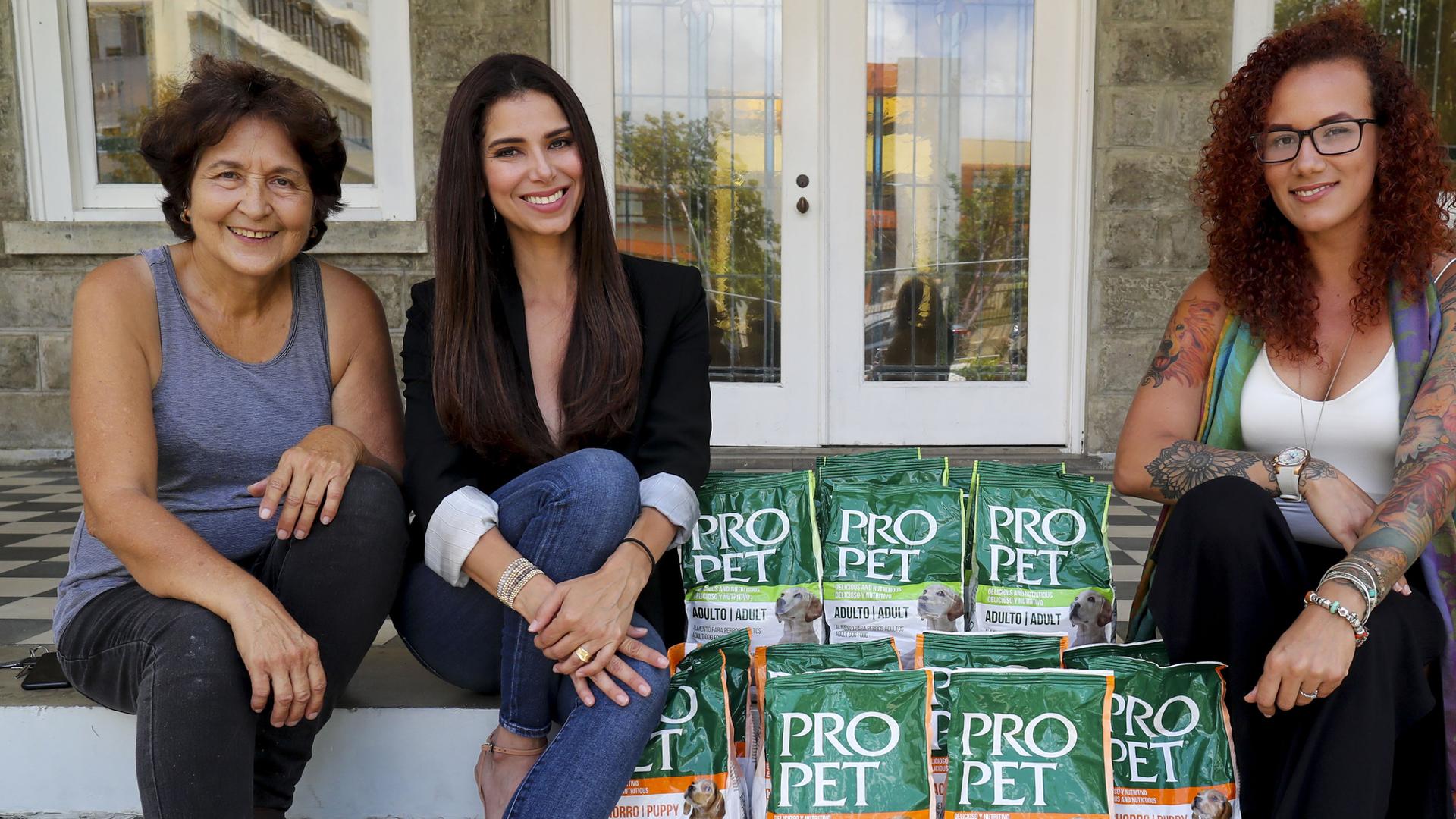 Roselyn Sánchez entrega 4,000 libras de comida para perros sin hogar