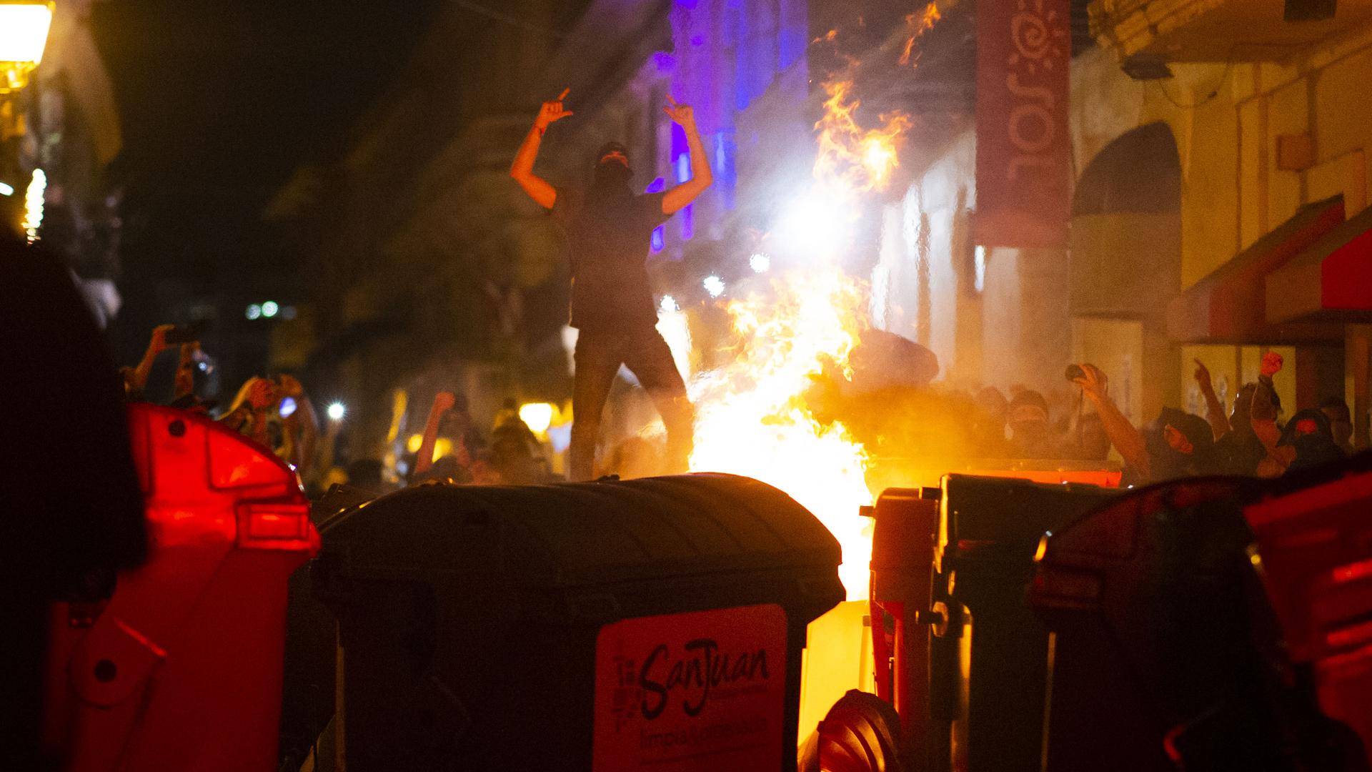 Nuevo episodio de violencia y destrucción estalla en el tercer día de manifestaciones frente a La Fortaleza