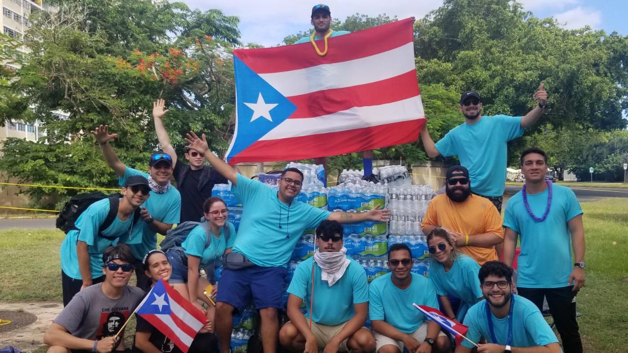 Estudiantes y amigos regalan 15,000 botellas de agua en la marcha