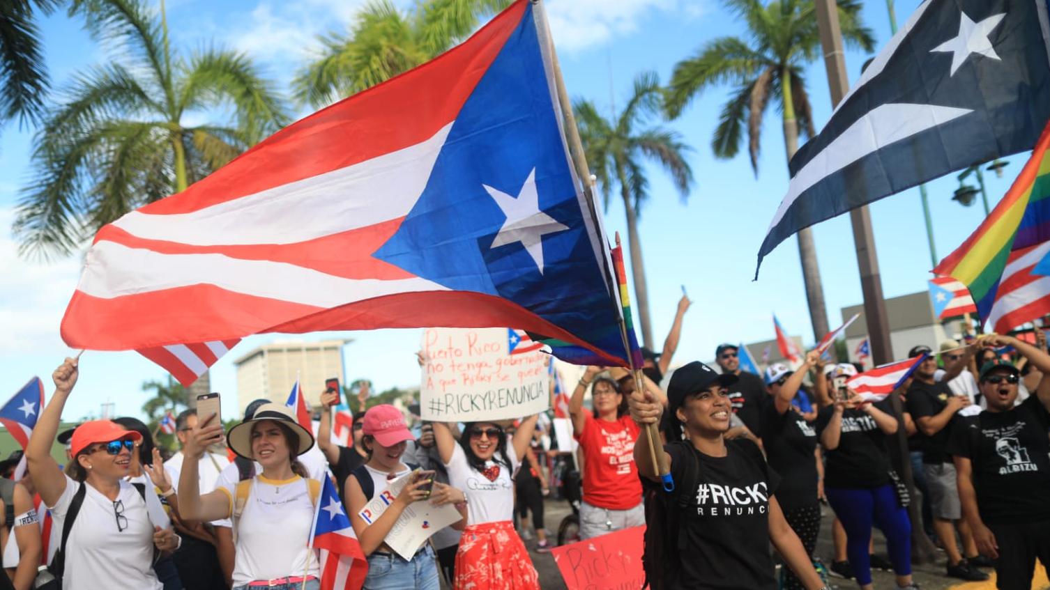 Miles alzan la bandera puertorriqueña por la renuncia del gobernador