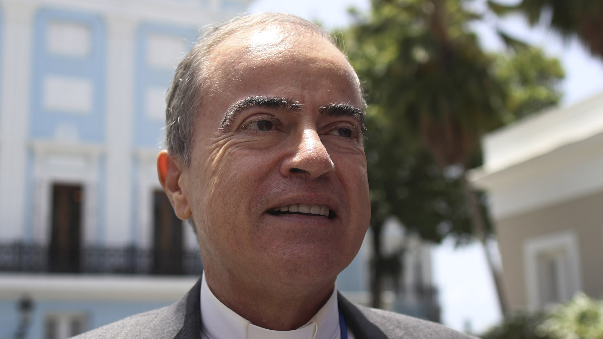 El arzobispo de San Juan ora por Wanda Vázquez