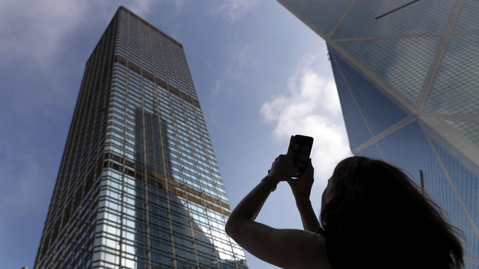 """""""Spiderman"""" escaló este edificio y las imágenes son impactantes"""