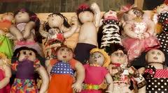 Mujeres que sufrieron violencia de género crearon muñecas para sanar