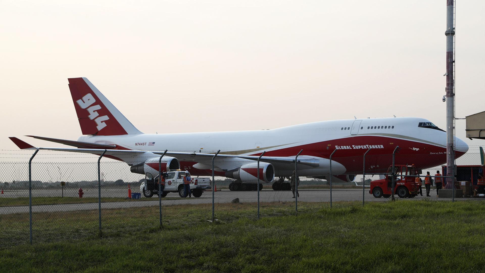Activan a un avión SuperTanker para combatir las llamas forestales