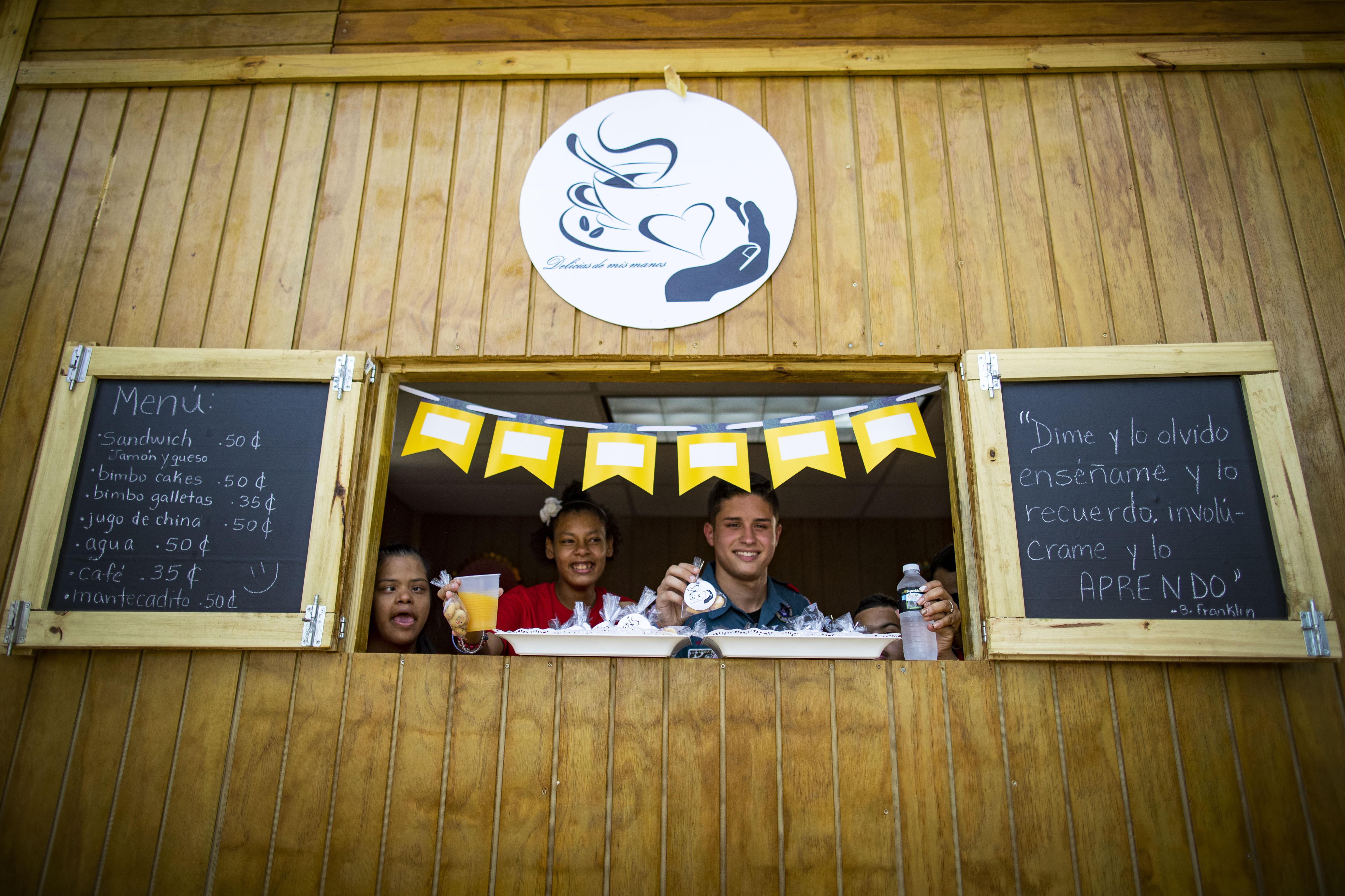 Estudiantes de Educación Especial inauguran cafetería como ensayo para el futuro