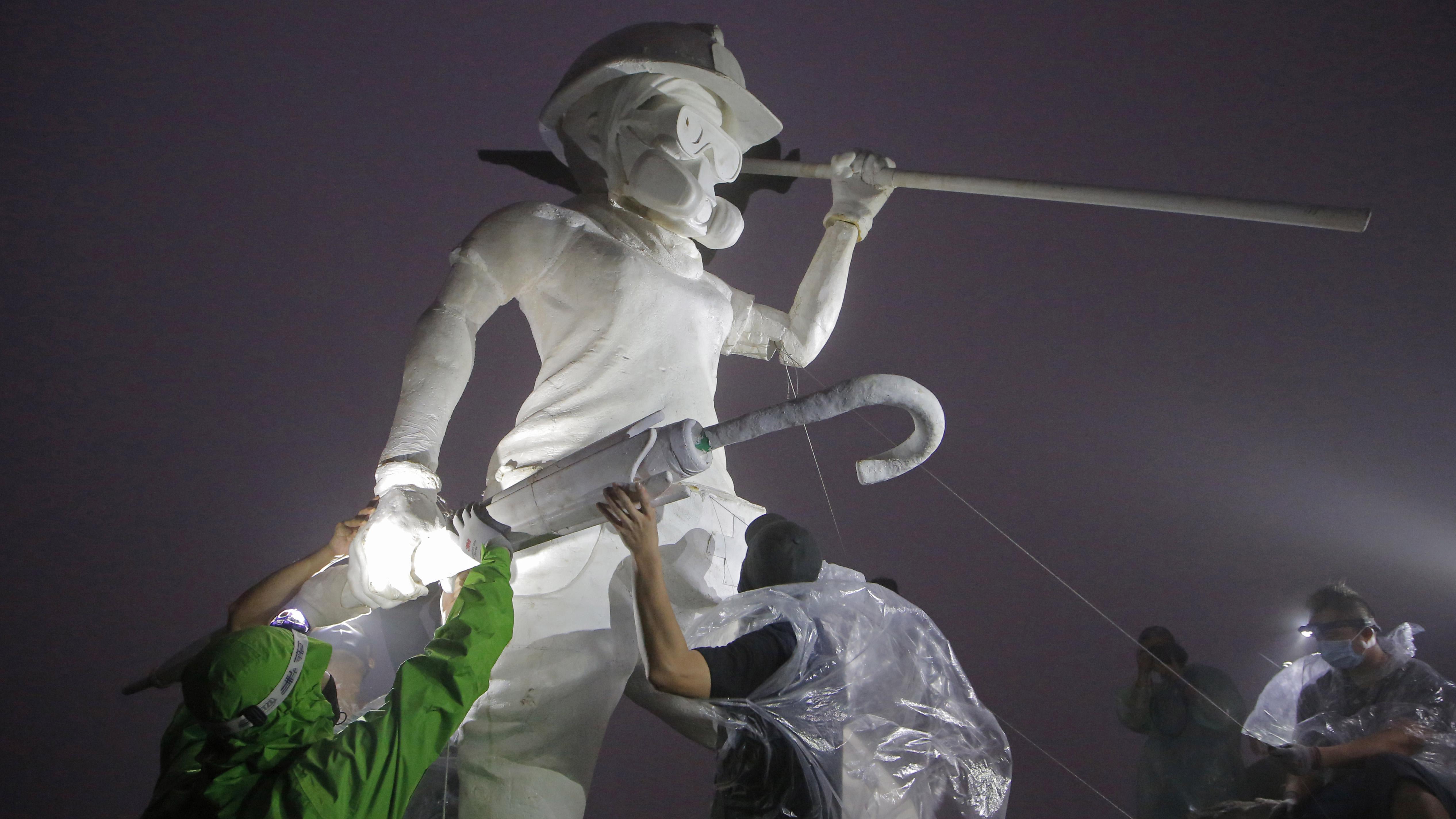 Manifestantes erigen una estatua en la cima de la montaña de Hong Kong
