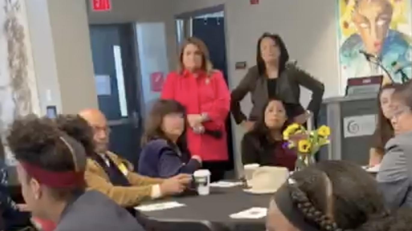 """Confrontan a Jenniffer González en una escuela de Nueva Jersey: """"Debería darte vergüenza"""""""