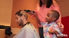 """Un niño con cáncer le rapa la cabeza a Wilfredo """"Bimbito"""" Méndez"""