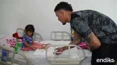 Javier Báez y José Berríos sorprenden a niños y niñas en el Hospital Pediátrico