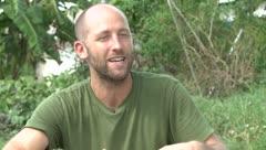 La increíble historia de un hombre que sólo vive de la naturaleza en Orlando