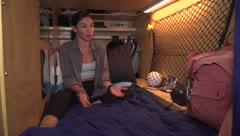 Esta joven vive y duerme en una cápsula en Los Ángeles