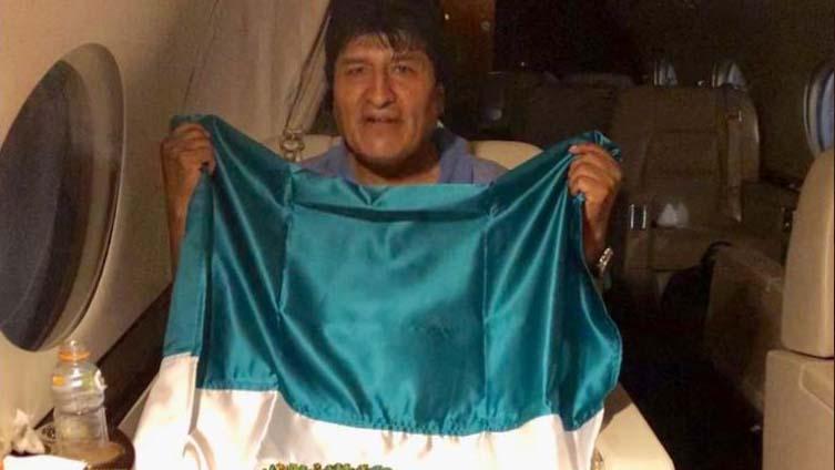 Evo Morales ahora eleva la bandera mexicana
