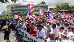 Miles de personas marchan en apoyo a la industria de las peleas de gallos