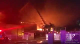 Bomberos combaten fuego en una planta recicladora en Guánica