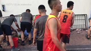 """Manifestantes atrincherados y  amenazados con """"balas reales"""" en universidad en Hong Kong"""