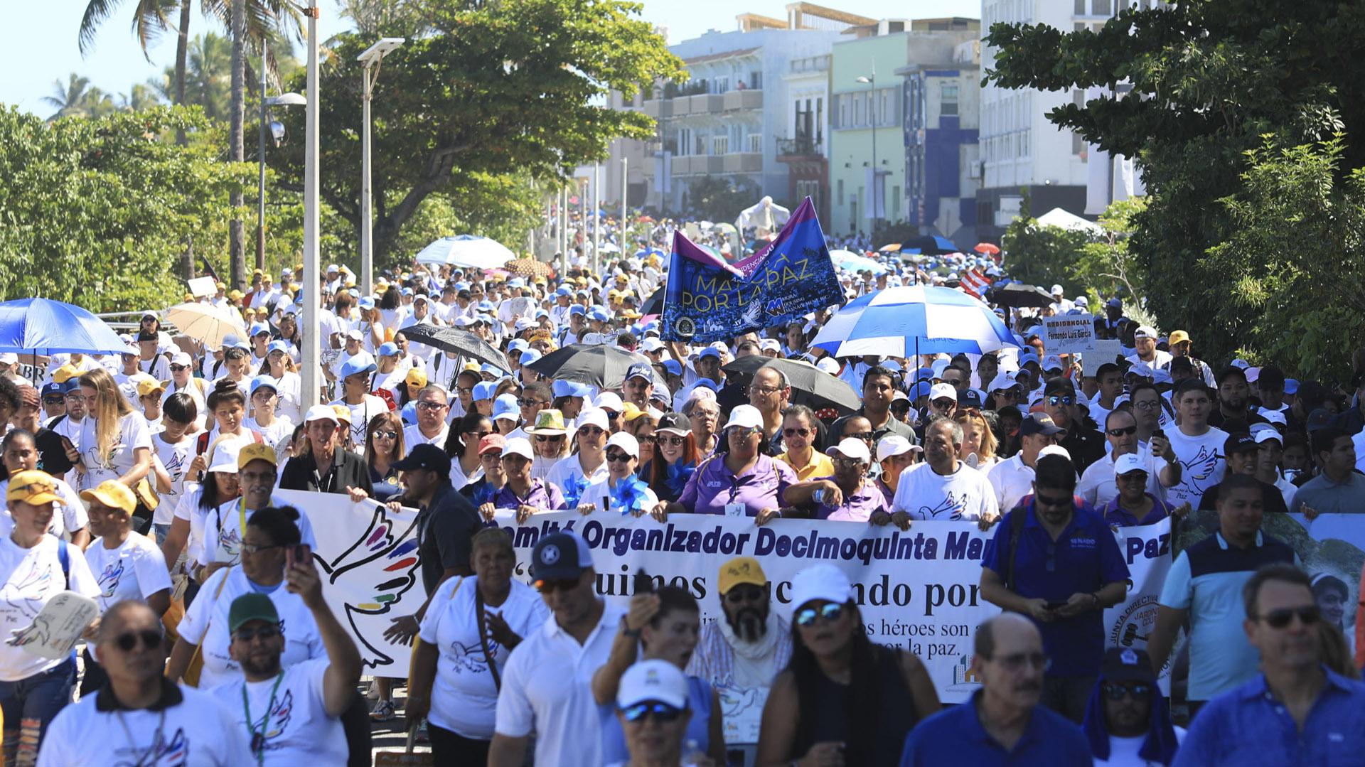 Vecinos de residenciales públicos y políticos se unen en la Marcha por la Paz