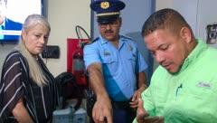 Wanda Vázquez llega a Culebra y observa dos problemas