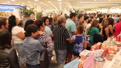Furor en Macy's de Plaza Las Américas por el Black Friday