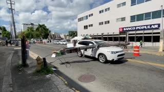 Insólito: cae un poste mientras un auto transitaba por Hato Rey