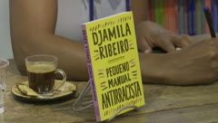 Escritora crea un manual antirracista