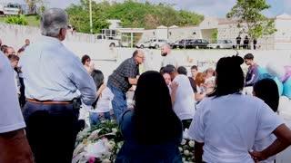 Despiden con un último aplauso a familia asesinada en Trujillo Alto
