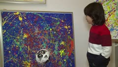 """Emociona el niño """"Picasso"""" que vende pinturas por miles de dólares"""