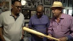 El momento en que el hermano de Roberto Clemente recibe un bate firmado por Peruchín Cepeda