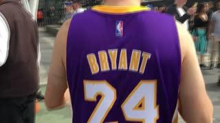 Los fanáticos de los Lakers rinden tributo a Kobe Bryant