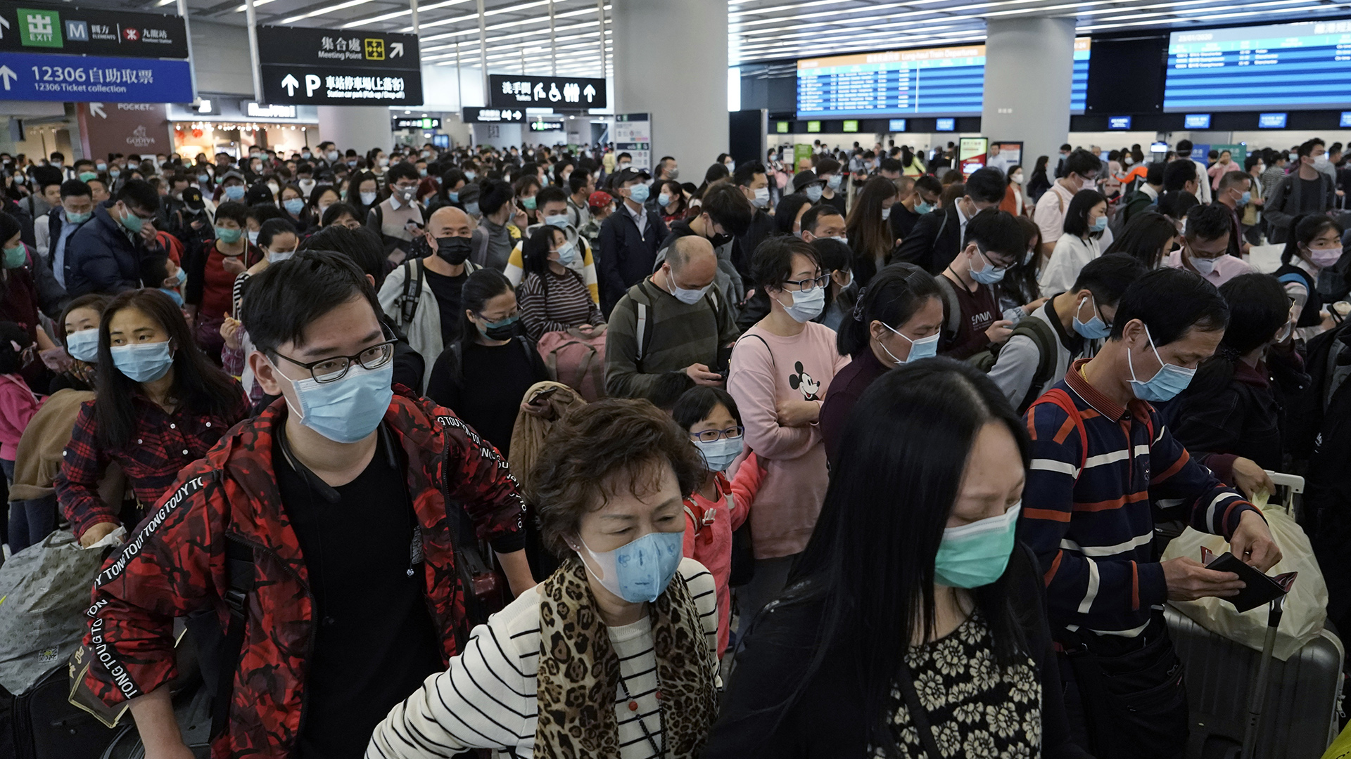 Extranjeros intentan salir de China por el coronavirus